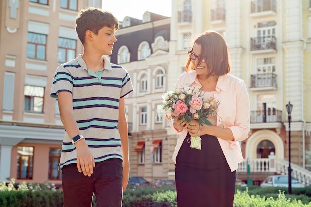 Garoto adolescente andando com sua mãe