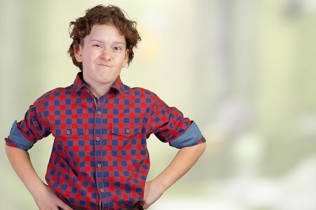 Garoto adolescente encolhe os ombros com perda