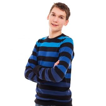 Garoto adolescente feliz em pé casual
