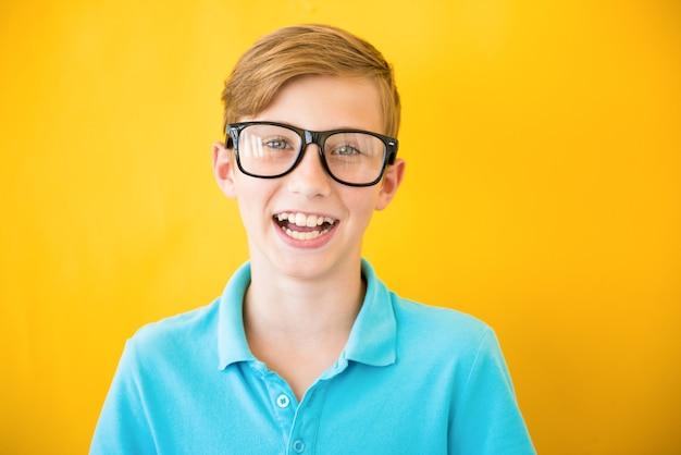 Garoto adolescente garoto apertando os olhos com óculos de correção de miopia