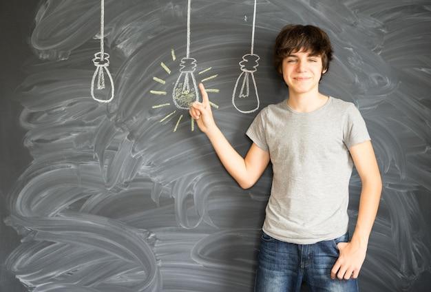 Garoto adolescente tendo uma ideia