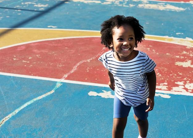 Garoto africano jovem alegre