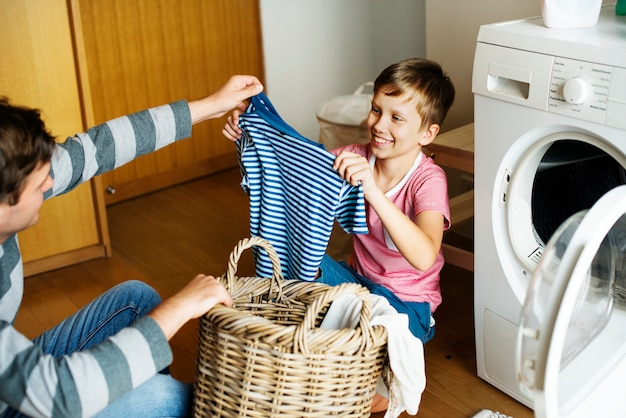 Garoto ajudando tarefas domésticas