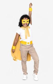 Garoto alegre em um traje de super-heróis