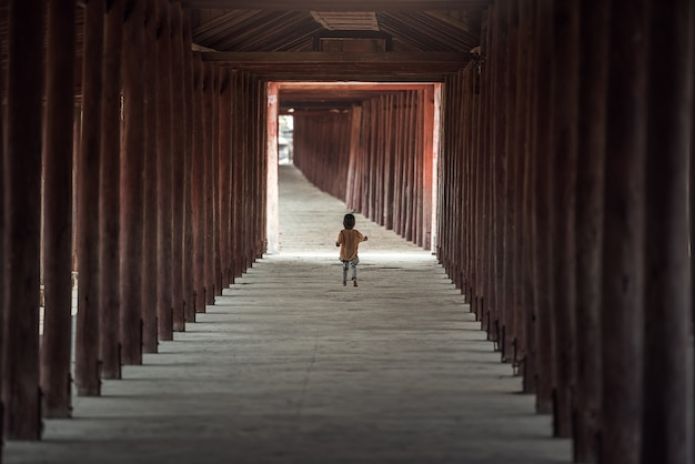 Garoto andando sozinho