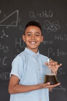 Garoto aprendendo mais sobre química na aula