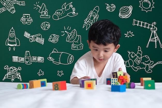 Garoto asiático jogando brinquedo com ciência e aventura espacial, mão desenhada