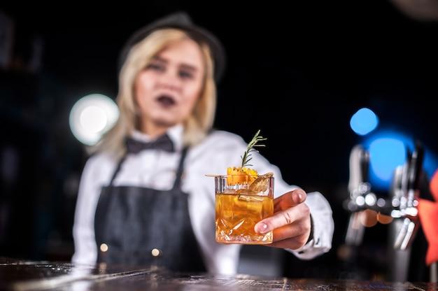 Garoto barman cria um coquetel na brasserie