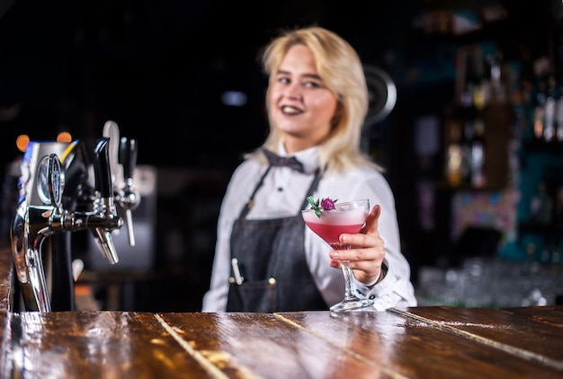 Garoto barman formula um coquetel na brasserie