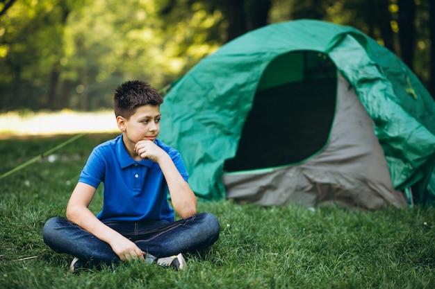 Garoto bonito, acampar na floresta