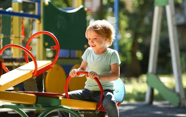 Garoto bonito brincando no parque