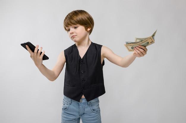 Garoto bonito com telefone e dinheiro