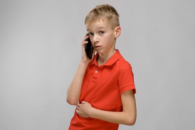 Garoto bonito com telefone
