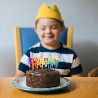 Garoto bonito comemorando seu aniversário