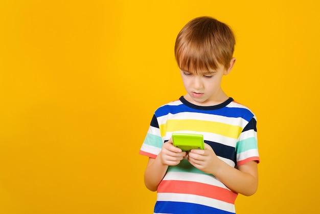 Garoto bonito usando uma calculadora e de volta ao conceito de escola.