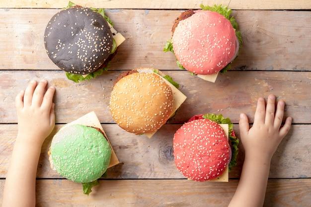 Garoto com hambúrgueres coloridos