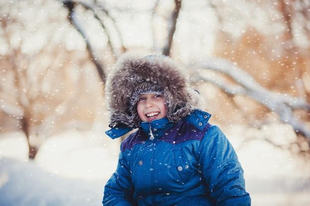 Garoto com roupas de inverno