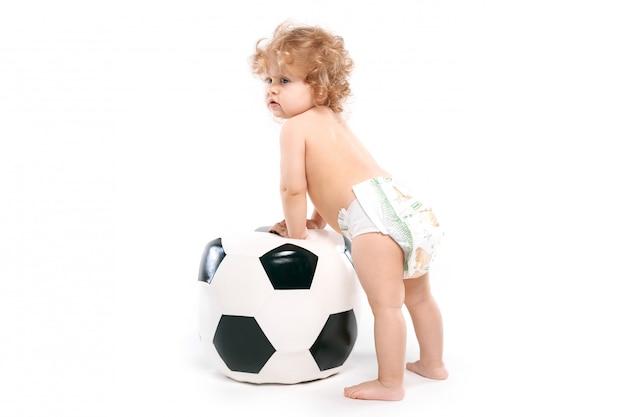 Garoto com uma bola grande, fã de futebol