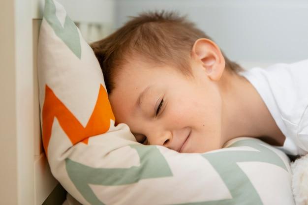 Garoto com vista lateral dormindo pacificamente
