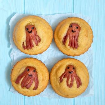 Garoto comida engraçada. muffins de pão de milho com polvo de salsicha