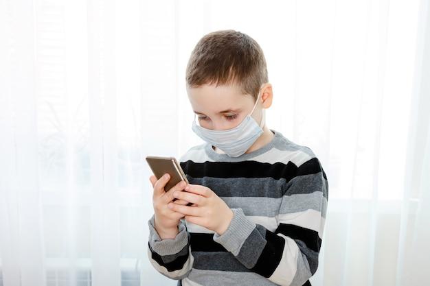 Garoto criança preocupado estressado usando máscara médica, verificar a quantidade de poeira