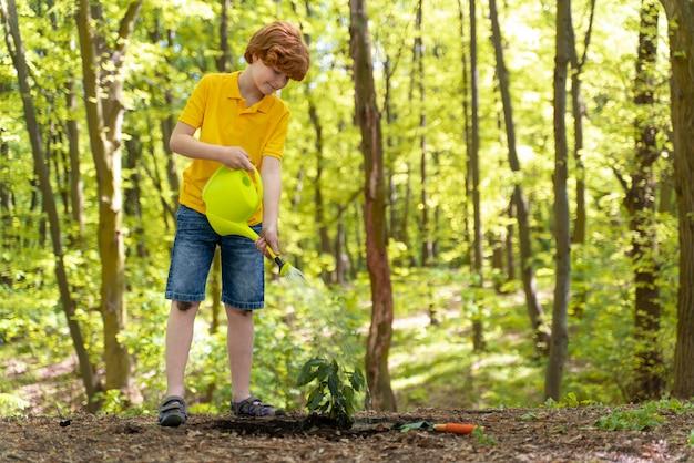 Garoto cuidando do meio ambiente