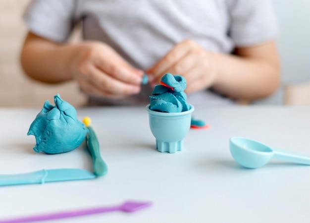 Garoto de close-up com brinquedos azuis