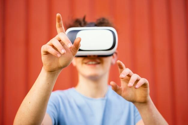 Garoto de close-up usando óculos de realidade virtual