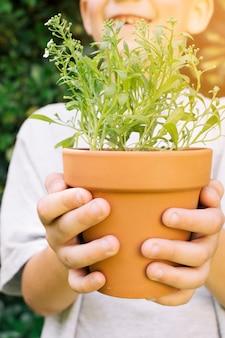Garoto de colheita com vaso de flores