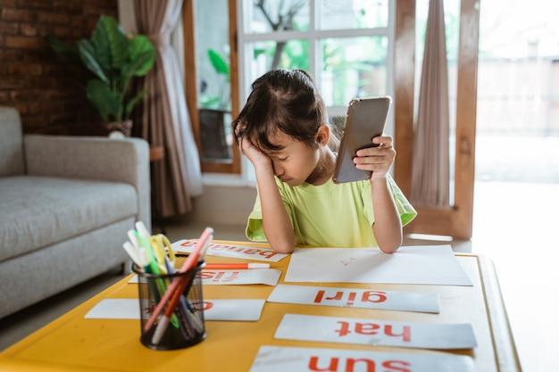 Garoto de estresse durante o aprendizado on-line em casa
