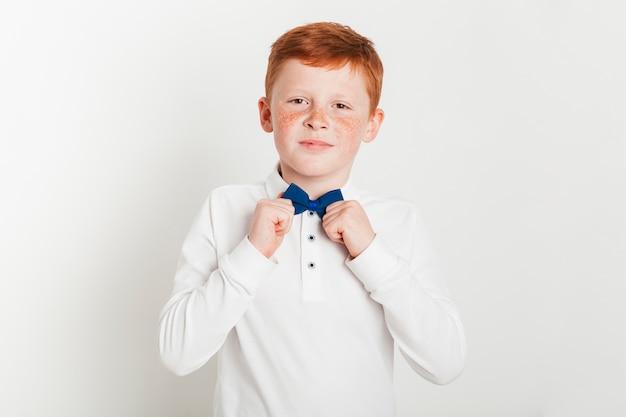 Garoto de gengibre com gravata borboleta