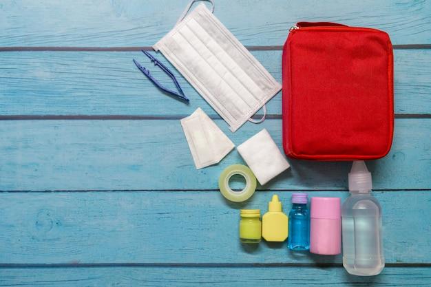 Garoto de saco de primeiros socorros com suprimentos médicos.