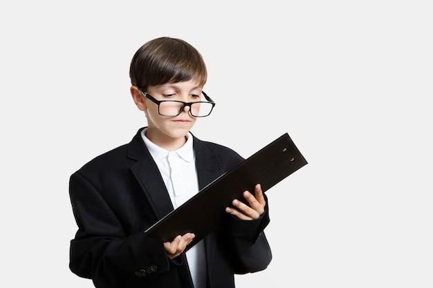 Garoto de vista frontal com óculos