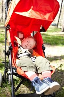 Garoto dorme o buggy