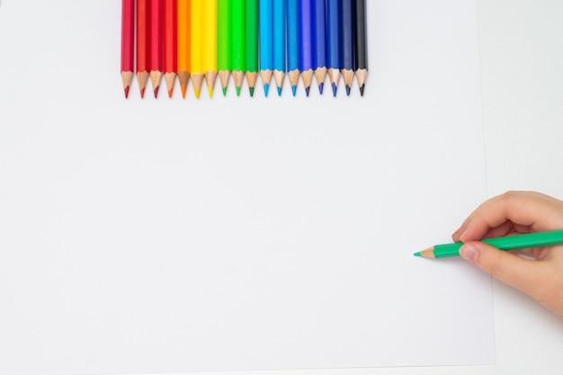 Garoto é desenho em papel em branco branco.