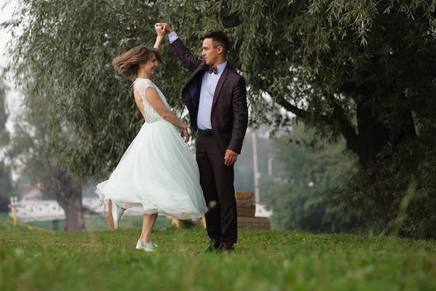 Garoto e garota dançando na natureza