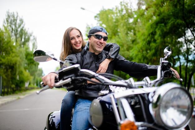 Garoto e garota em uma motocicleta.