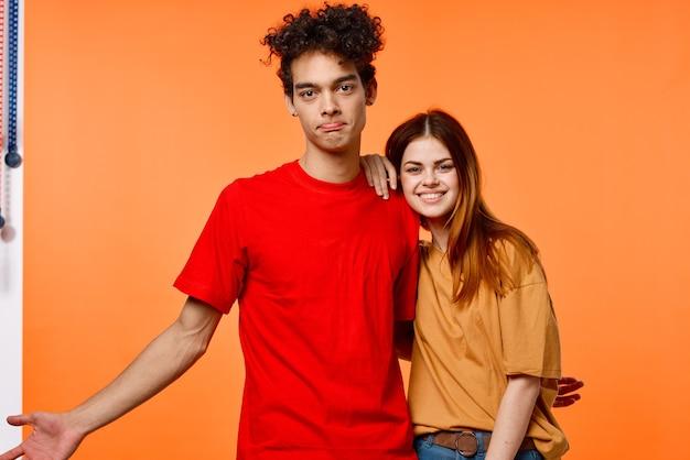 Garoto e garota engraçados em camisetas multicoloridas estilo moderno da moda