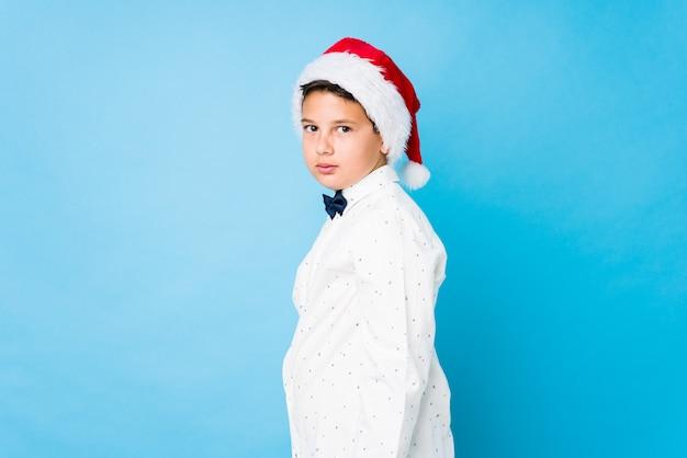 Garoto elegante usando um chapéu de papai noel em um dia de natal