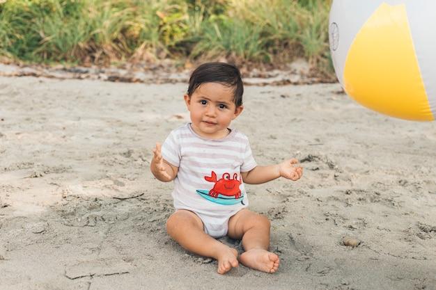 Garoto engraçado brincar na praia