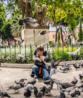 Garoto entre pombas