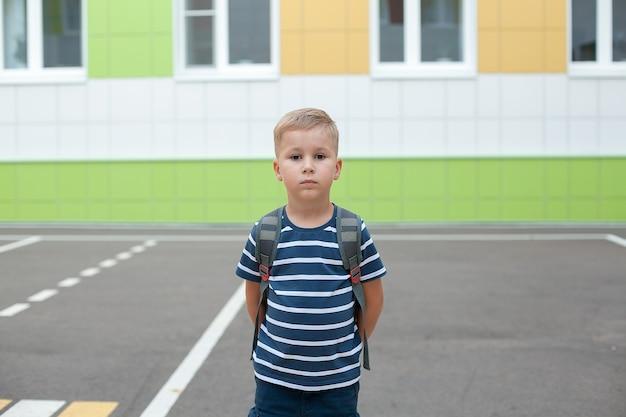 Garoto esperto e fofo feliz com mochila escolar