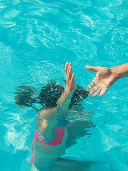 Garoto está se afogando no mar. foco seletivo.