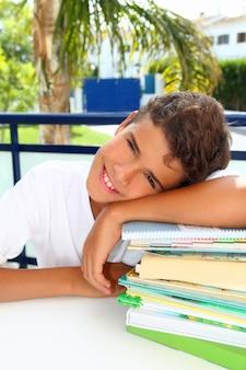 Garoto estudante adolescente feliz pensando com livros