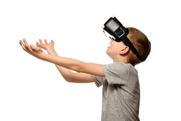 Garoto experimentando os braços de realidade virtual estendidos na frente dele.