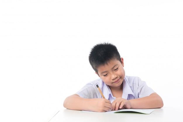 Garoto fazendo lição de casa, criança escrevendo papel, conceito de educação, volta às aulas