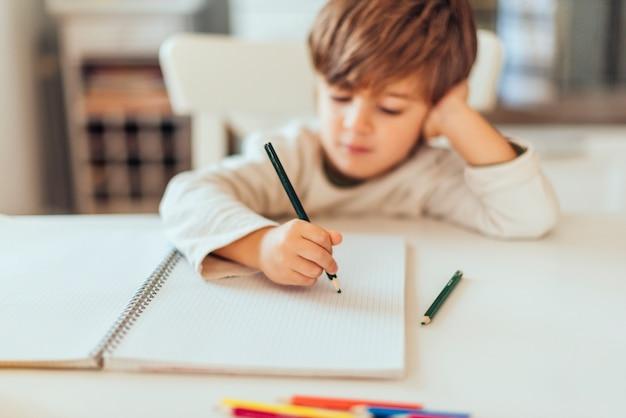 Garoto fazendo lição de casa