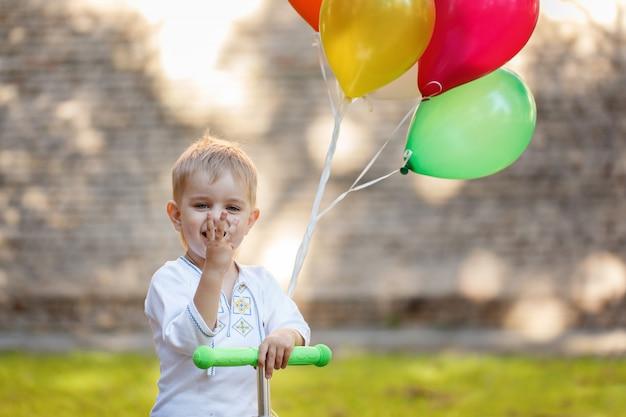 Garoto feliz com balão colorido.