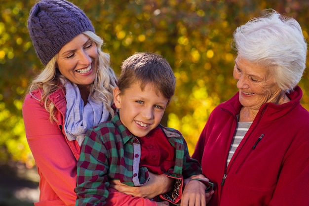 Garoto feliz com mãe e avó