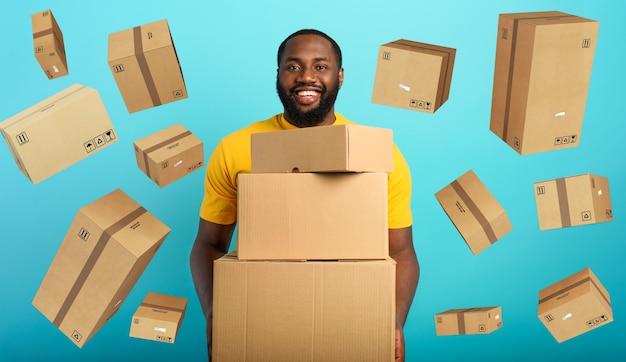Garoto feliz recebe muitos pacotes de pedidos na loja online.